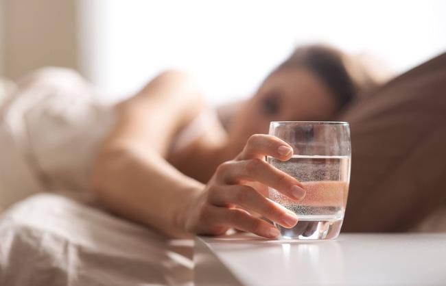 uống nước ấm vào buổi sáng